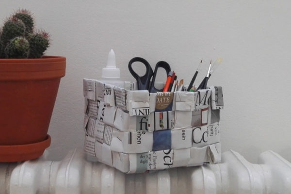Korb flechten aus Papier: Zeitung-Upcycling