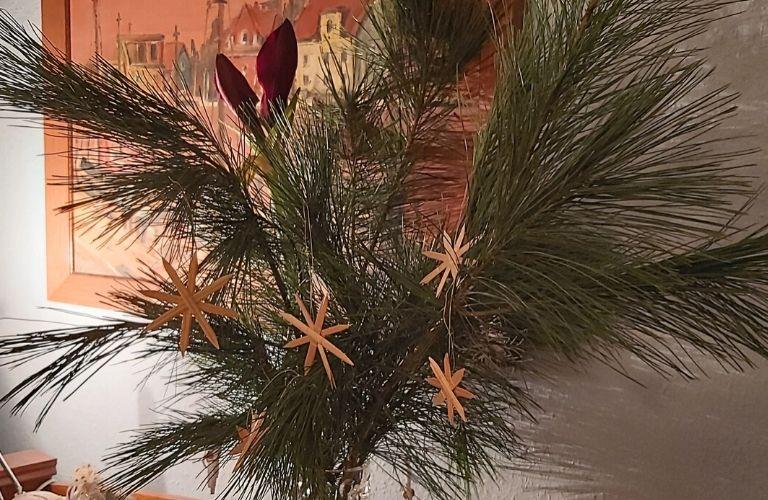 Sterne basteln_Weihnachtliche Anleitung_Stern aus Brottüten_ Stern aus Stroh_Materialien_Strohstern_Faden_knoten_fertiger Stern