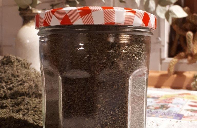 Brennesselsamen_ernten_trocknen_verwenden: Brennnesselsamen im Glas