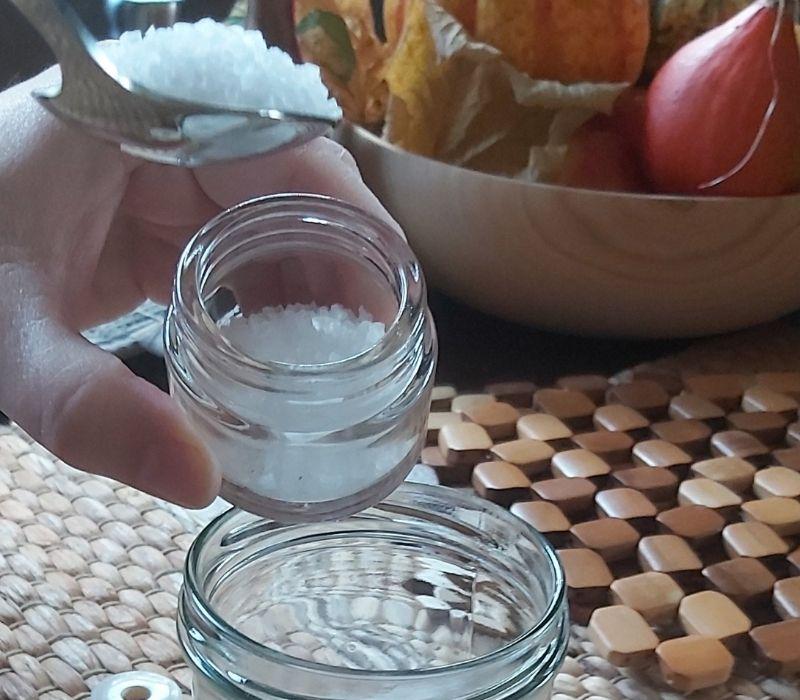 Badesalz selber machen: In 3 Schritten zum individuellen Geschenk: Salz hinzufügen