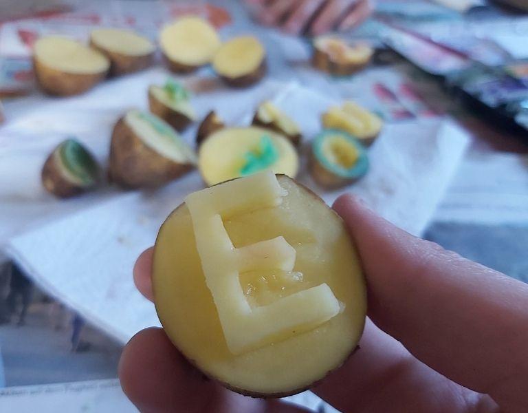 Wie mache ich einen Kartoffeldruck? Einfache Anleitung für die Weihnachtspost: Kartoffelstempel