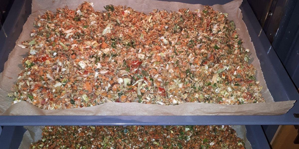 Gekörnte Gemüsebrühe selber machen- zero waste und 100% natürlich_Zutaten im Ofen