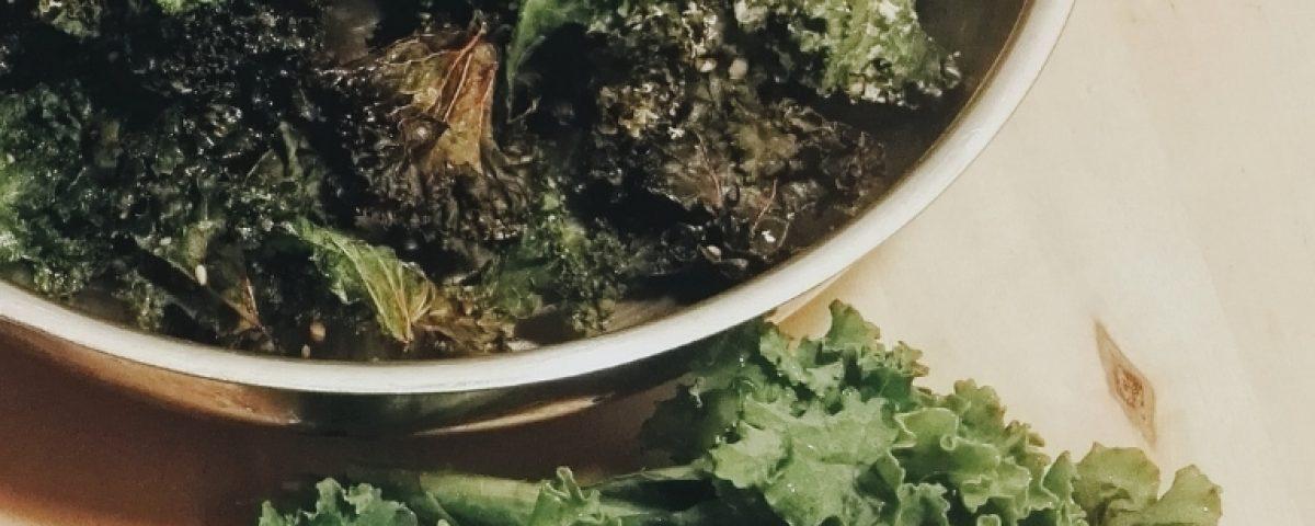 Grünkohl Chips selber machen: Ein schnelles und super einfaches Rezept für den gesündesten Snack der Welt!